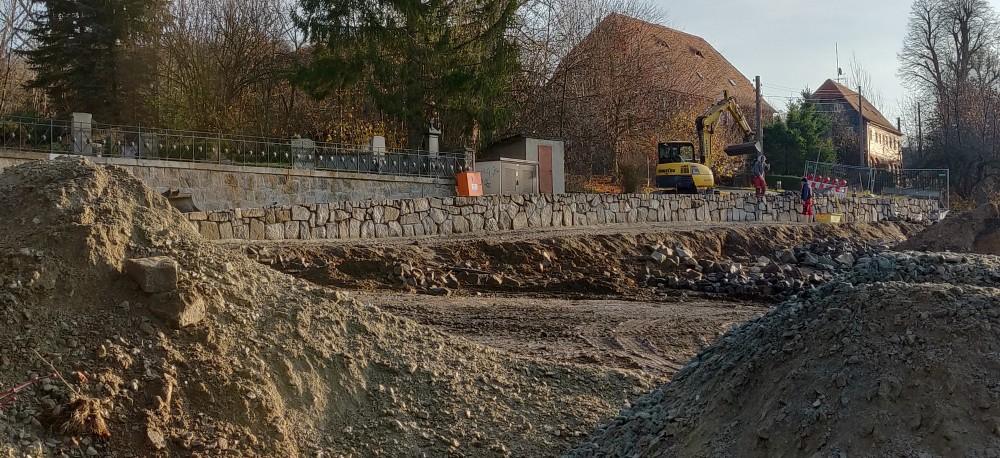 Verblendung der neuen Stützmauer aus Altmaterial